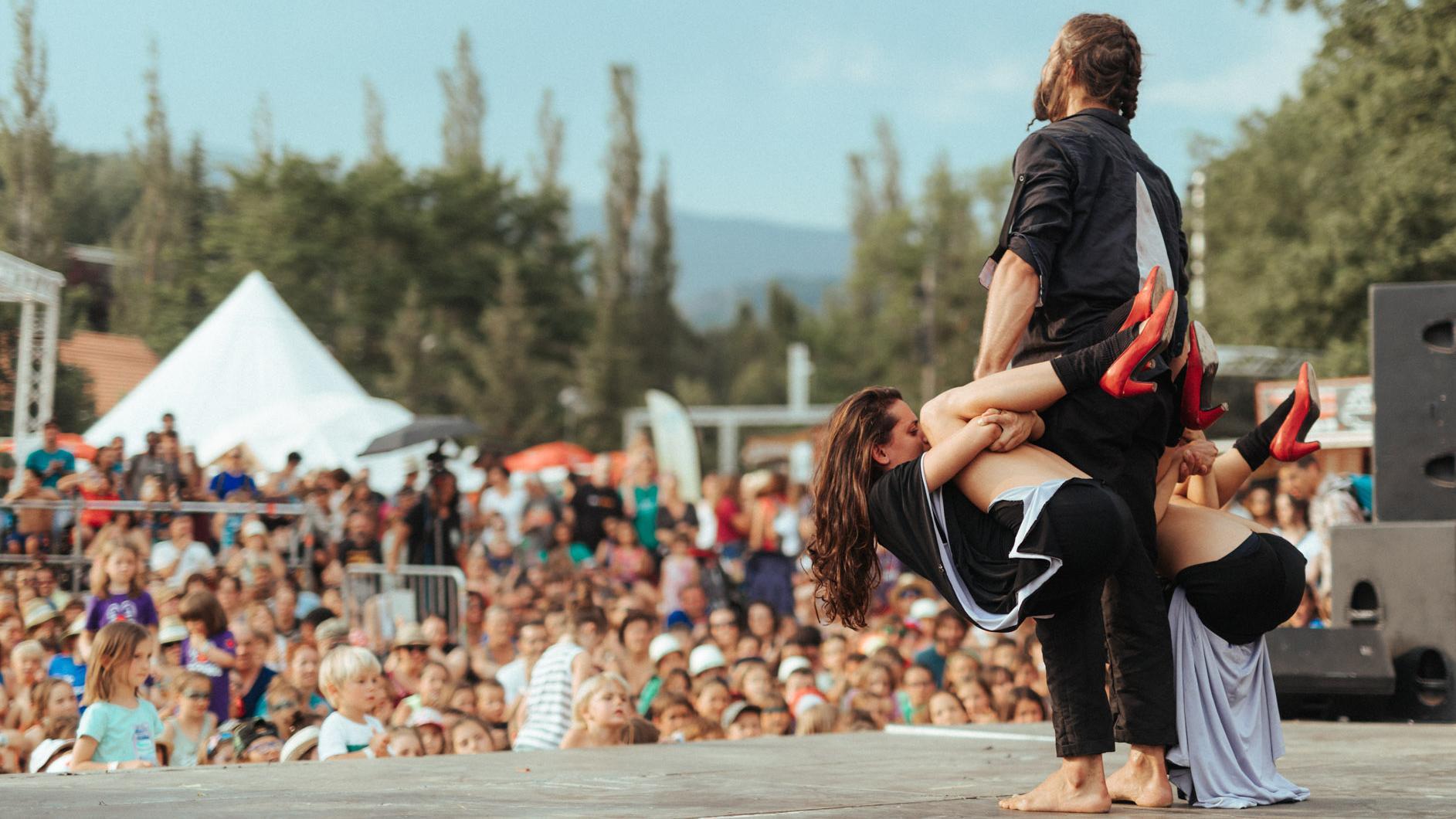 A salto alto, Circo no Ato